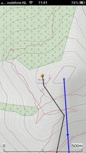 Route (blauw) voert naar de top; maar niet heus. Echte top (geel balletje) schijnbaar lager gelegen. Reliëfinformatie slecht.